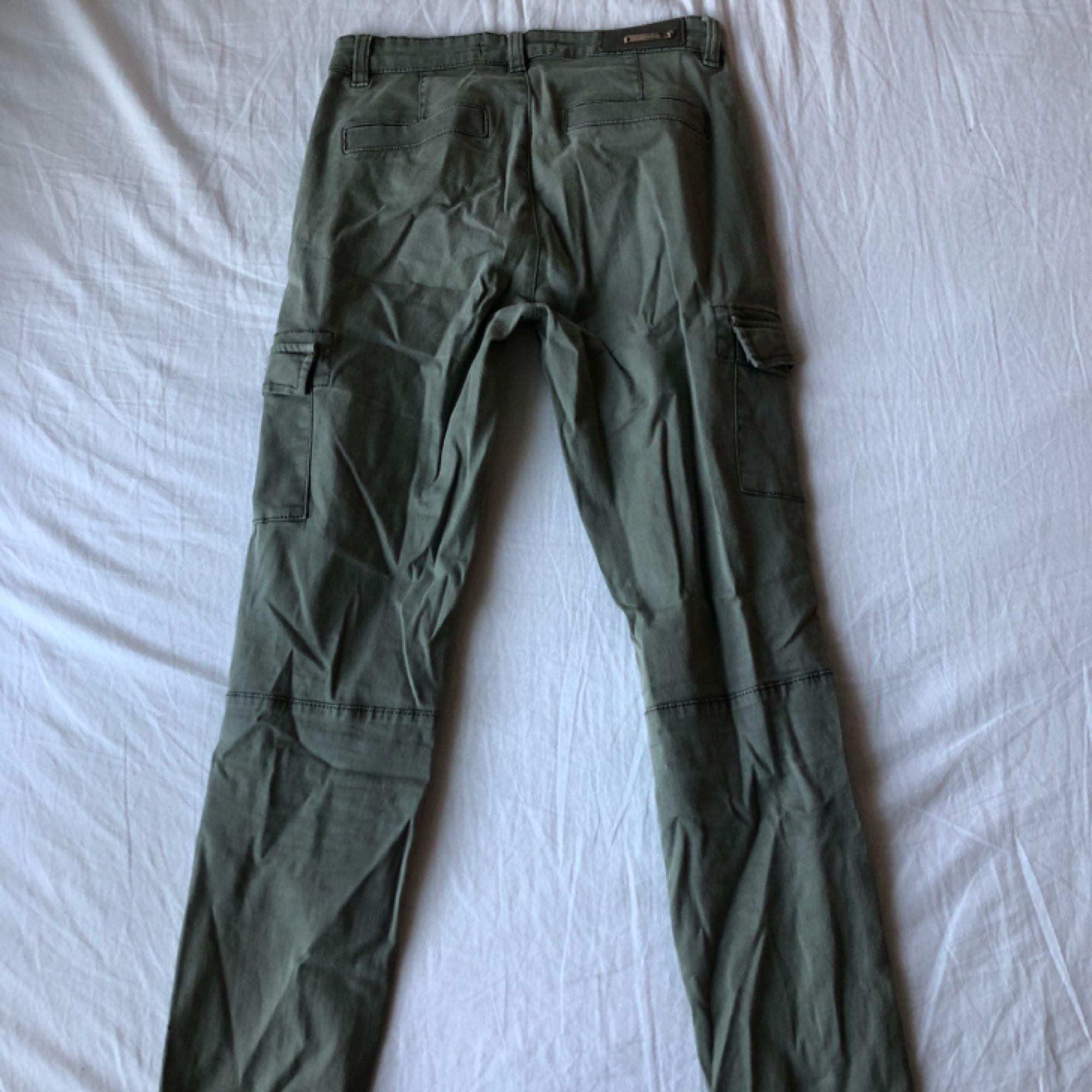 3cce306e6 ... Gröna cargo pants med fickor på sidan av benet. 80kr köparen står för  frakt 💘