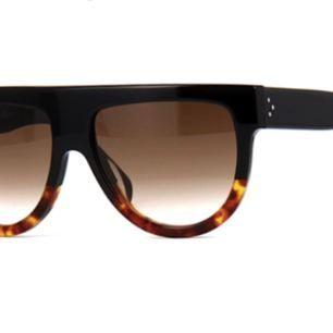 Céline shadow solglasögon i svart med sköldpaddemönster, se första bilden. Knappt använda men köpte dem förra året. Nypris 4500kr.
