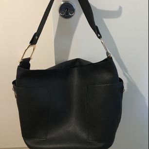 Snygg väska från Åhlens med dragkedjor på sidorna. 2 innerfickor. Inga skador! Köpt för 500kr.