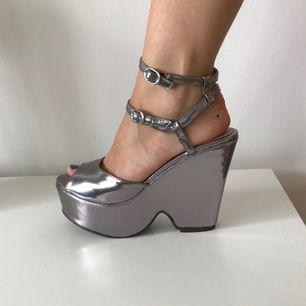 Silvriga platå skor i storlek 38, två remmar runt ankeln. Förvånansvärt bekväma!😉