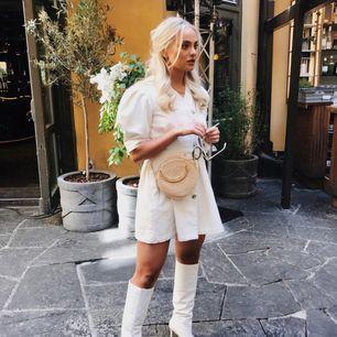 HELT NY och O-ANVÄND! Super fin linne-klänning från Zara. Köpt för 500 kr och passar S bäst! Kan mötas i Stockholm elr Katrineholm, annars står du för frakten☺️Säljs pågrund av att jag ej han lämna tbx denna i tid, kommer ej komma till användning tyvärr!!