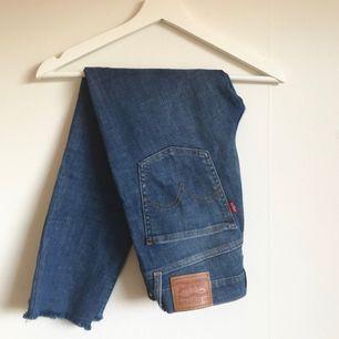 Levis jeans (skinny) i storlek 28. Skulle säg att dem motsvarar storlek S. Frakt tillkommer.