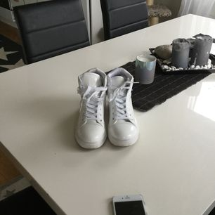 Tuffa vita sneakers stl 37 i mkt fint skick