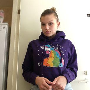 Croppad lila hoodie med en enhörning på. Väldigt gulligt att styla med ett par jeans. Funkar hur bra som helst från xs-m. Möts upp i Malmö/Lund-området eller fraktar, isf betalar köparen frakten.