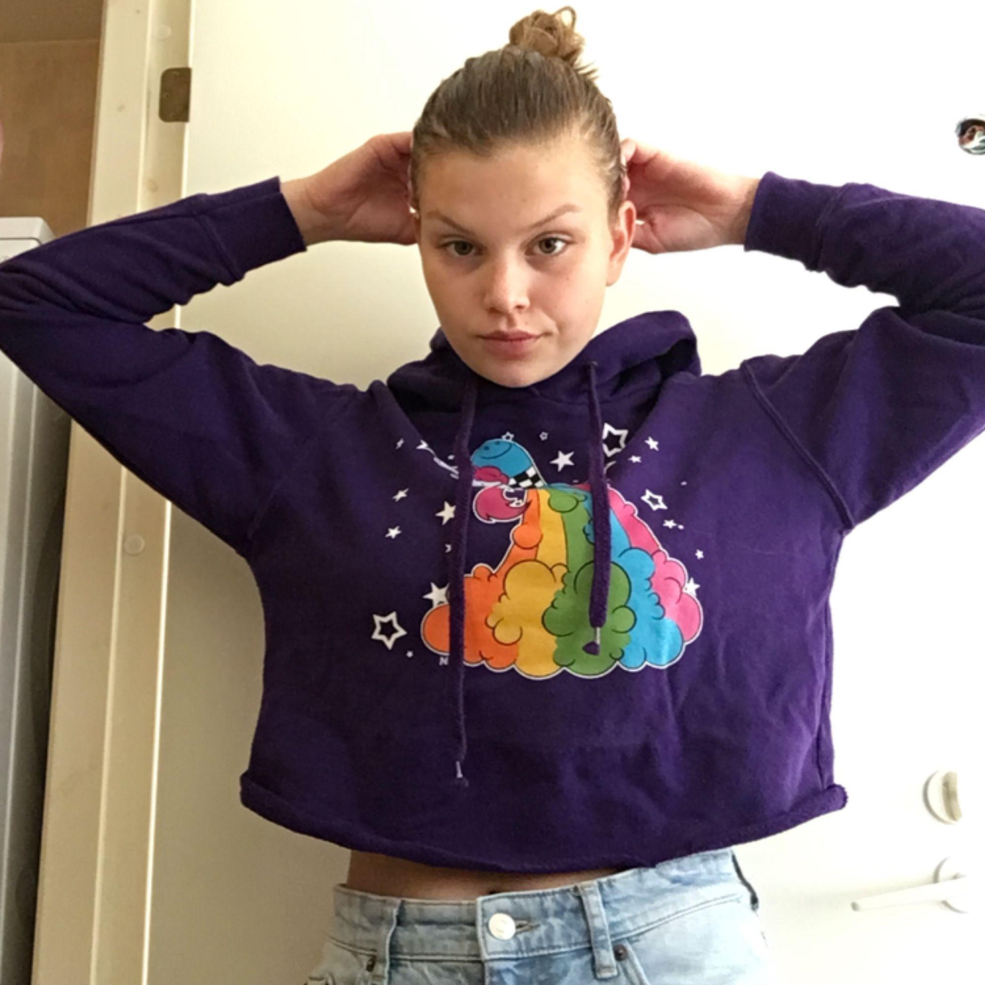 Croppad lila hoodie med en enhörning på. Väldigt gulligt att styla med ett par jeans. Funkar hur bra som helst från xs-m. Möts upp i Malmö/Lund-området eller fraktar, isf betalar köparen frakten. . Huvtröjor & Träningströjor.