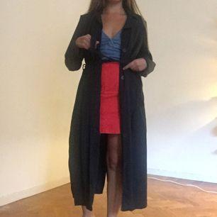 Trench coat från Åhléns för något år sedan, köpt för 1200. Liten i storleken. Möts i Stockholm eller fraktar för ca +50 kr