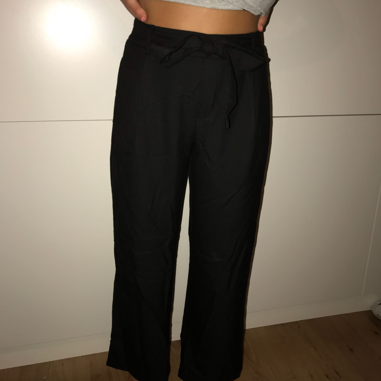 Supersköna byxor med knytning från ZARA, använda 2 gånger och relativt nyinköpta. Frakten är inräknad i priset . Jeans & Byxor.