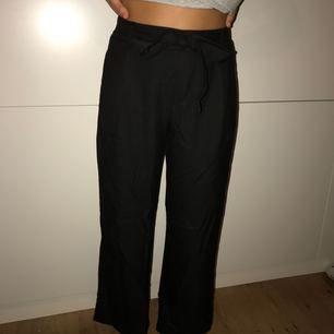 Supersköna byxor med knytning från ZARA, använda 2 gånger och relativt nyinköpta. Frakten är inräknad i priset