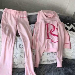 Pinksweden dress, Finns ett litet fel ena snöret i byxorna har tyvärr ramlat av och försvunnit men annars är den i nyskick.