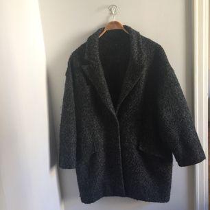 Kavajliknande kappa. Rymliga fickor och värmer bra till hösten. Möts i Stockholm eller postar då köparen står för fraktavgiften.