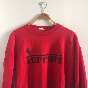 Ferrari sweatshirt köpt vintage på Sicilien. Möts i Stockholm eller postar då köparen står för fraktavgiften