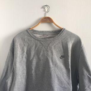 Sweatshirt från Nike i stor storlek som jag klippt till. Möts i Stockholm eller postar då köparen står för fraktavgiften