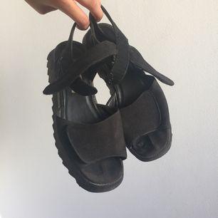 Sandaler köpta second hand, lite slitna i innertyget. Möts i Stockholm eller postar då köparen står för fraktavgiften