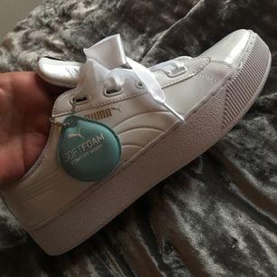 Helt nya vita puma sneakers.