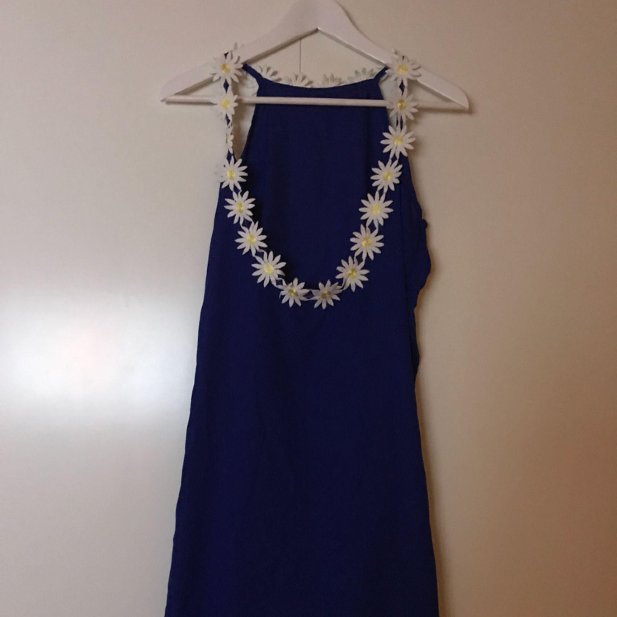 Säljer min nya helt underbara klänning pga fel storlek.. . Klänningar.