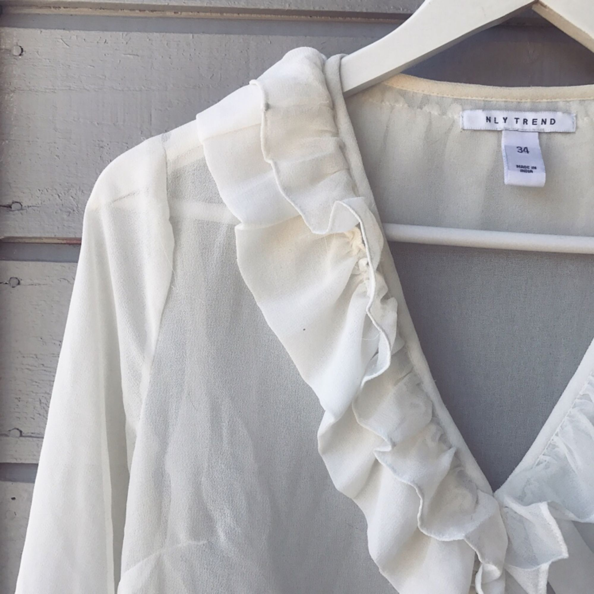 Säljer denna superfina blusen som jag verkligen har tyckt så mycker om från Nelly. Vitt transperant tyg och med fina volanger på, funkar bra med linne under också om man inte vill visa för mycket. 💕 Sparsamt använd! . Blusar.