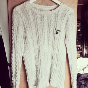 Kabelstickad tröja ifrån Bondelid. I fint skick, använd ett fåtal gånger. Men väldigt skön, varm och i bra kvalité! 💅🏼