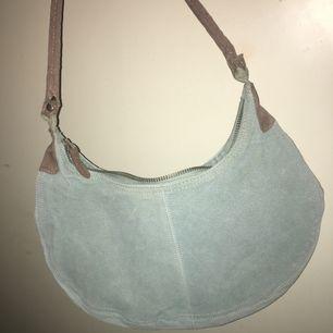 Ljusblå liten handväska