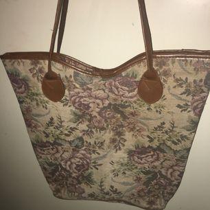 Sjukt cool retro handväska. Riktigt vintage med fina blommor på. Lite sliten i botten men inget som syns vid användning.