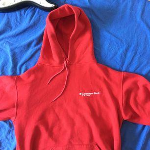 Ta fram din inre kapitalist med denna Commerce Bank of St. Louis-hoodie! ;-) Supermysig och i en nice röd färg.