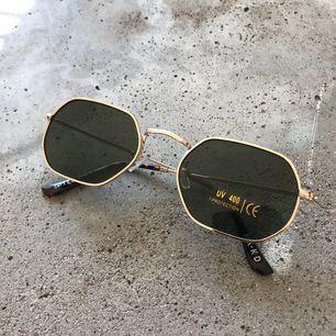 Asballa solglasögon från NAKD, sitter tyvärr inte bra på mig därför säljer jag dem!!