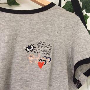 Säljer denna fina T-shirt ifrån Monki💖 Tröjan är i mycket gott skick (trots använd) & letar efter nytt hem. Om ni undrar över något, kolla min profil eller ställ en fråga🌸