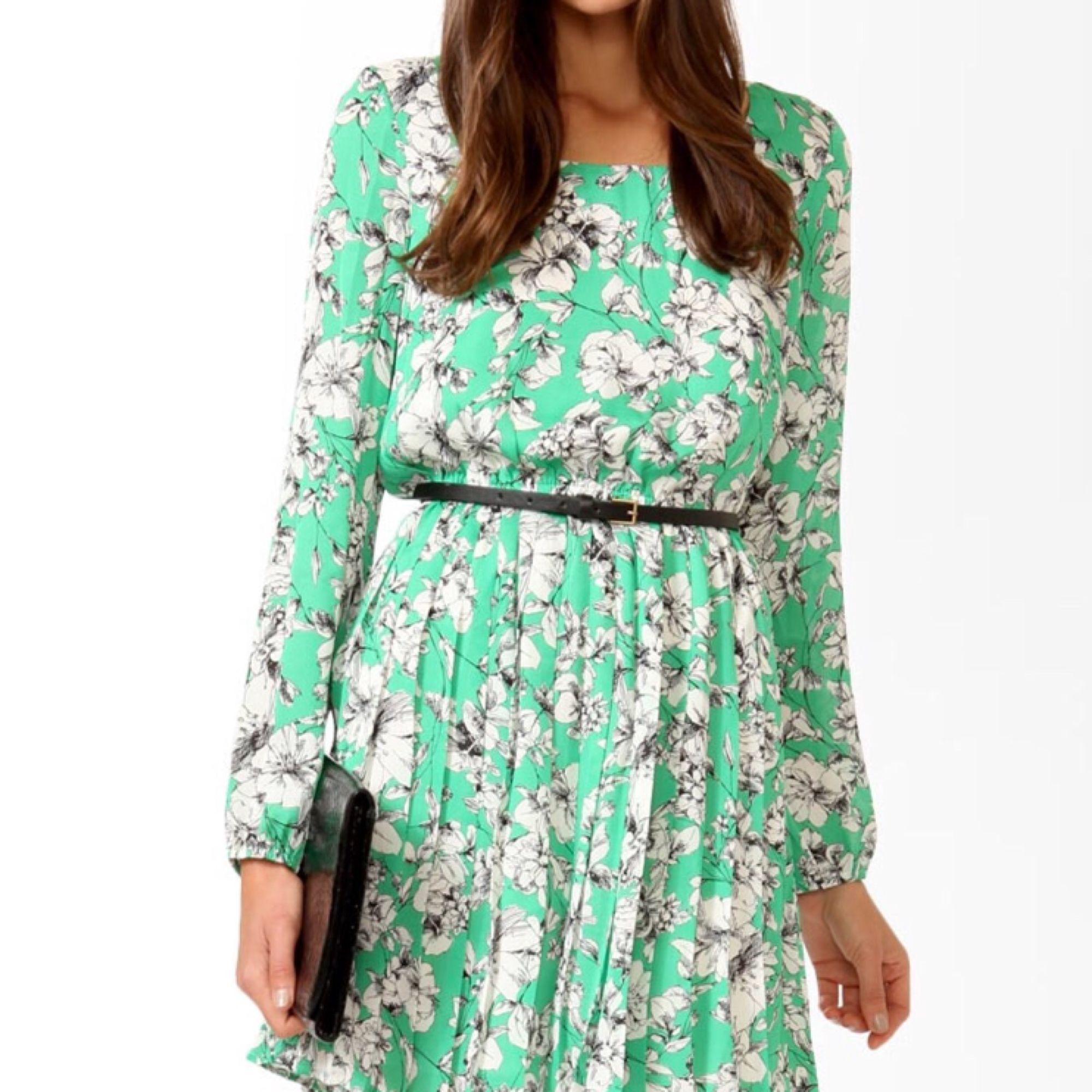 cdc59b8c070a Ny grön blommig klänning från Forever 21! Strl L. Den är liten i strl