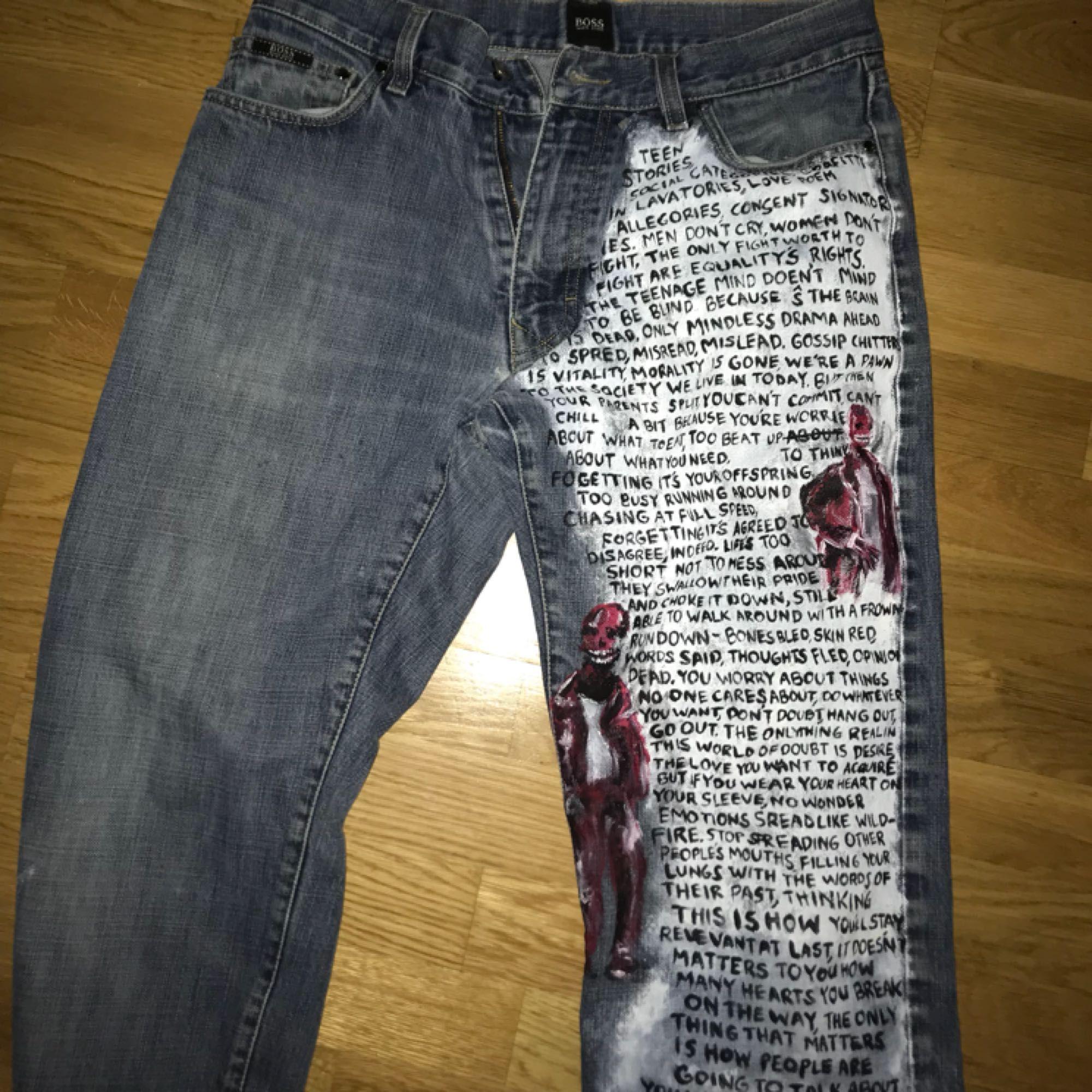 Jag gör custom jeans, skor, jeansjackor med vilket design som helst. Är bra på realism och på att teckna🔆 Design förslag skes i DM och kan skicka flera bilder på mina tidigare målningar ⚡️pris varierar pga design, storlek, om du lämnar in ett par jeans.. Jeans & Byxor.