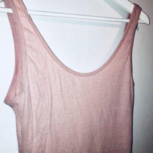 Body från HM! 💕🌸 svårt att fånga den rosa färgen på bild men den är ljusrosa.  Frakten ingår i priset!
