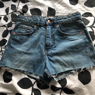 Snygga shorts från H&M. Aldrig använda. Frakt kostar 40kr. Katt finns i hemmet!