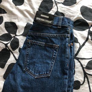 Jättefina mom jeans från Dr.Denim! Tyvärr för små för mig. Nypris 600kr. Frakt kostar 70kr. OBS! katt finns i hemmet!