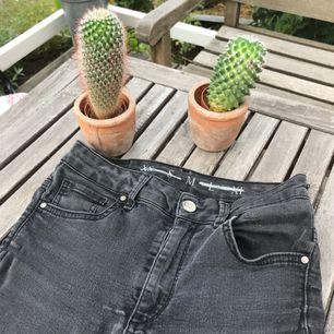 Svarta jeans från bikbok, stretchiga, använt skick och lite urtvättade så dom är mer gråa. Det står storlek M i jeansen men jag är en S och skulle säga att de skulle va försmå för en M