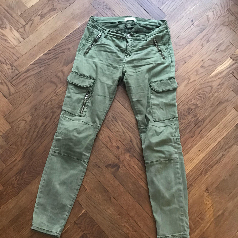 Fina gröna byxor från Zara i fint skick. Coola med fickor och dragkedjor på  sidorna ... bec66d9c70d7d