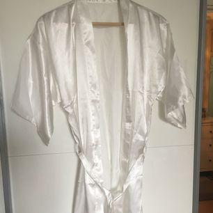 Säljer en vit kimono! Helt oanvänd. 🙂   Storlek M. Men skulle säga att den är som en ONESIZE :)  Finns i Linköping men kan även frakta!