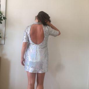 Glitterklänning från H&M i Spanien.  Jättefin och överraskande bekväm.