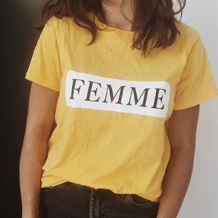 Ball t-shirt i gult 🌞🌻 / STORLEK: M men passar även mindre för en mer oversize look / SKICK: Som ny, endast använd ett fåtal gånger / MATERIAL: 100% bomull / Skriv gärna vid övriga frågor!