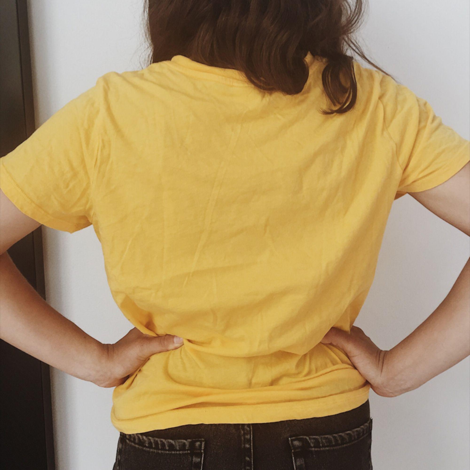 Ball t-shirt i gult 🌞🌻 / STORLEK: M men passar även mindre för en mer oversize look / SKICK: Som ny, endast använd ett fåtal gånger / MATERIAL: 100% bomull / Skriv gärna vid övriga frågor!. T-shirts.