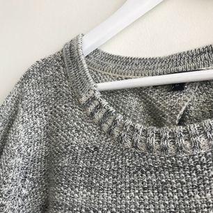 En stickad tröja som är mer som en S än M (beroende hur man vill att den ska sitta) Den har en öppning i ryggen, man skulle kunna ha en fin bralette på sig så den syns - frakten ingår inte i priset