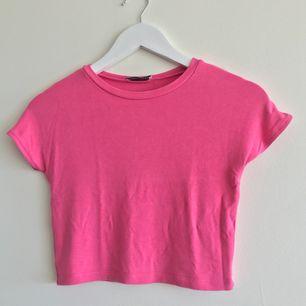 En croppad T-shirt från zara använd ett fåtal gånger men väldigt fin för te.x en sommar kväll - frakten ingår i priset
