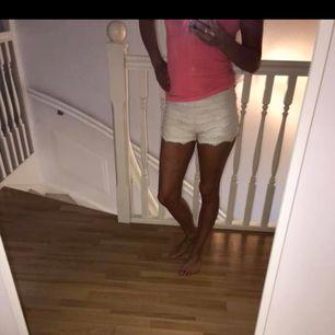 Så snygga vita shorts , ! Stl XS. Ett måste i garderoben i denna värmen!