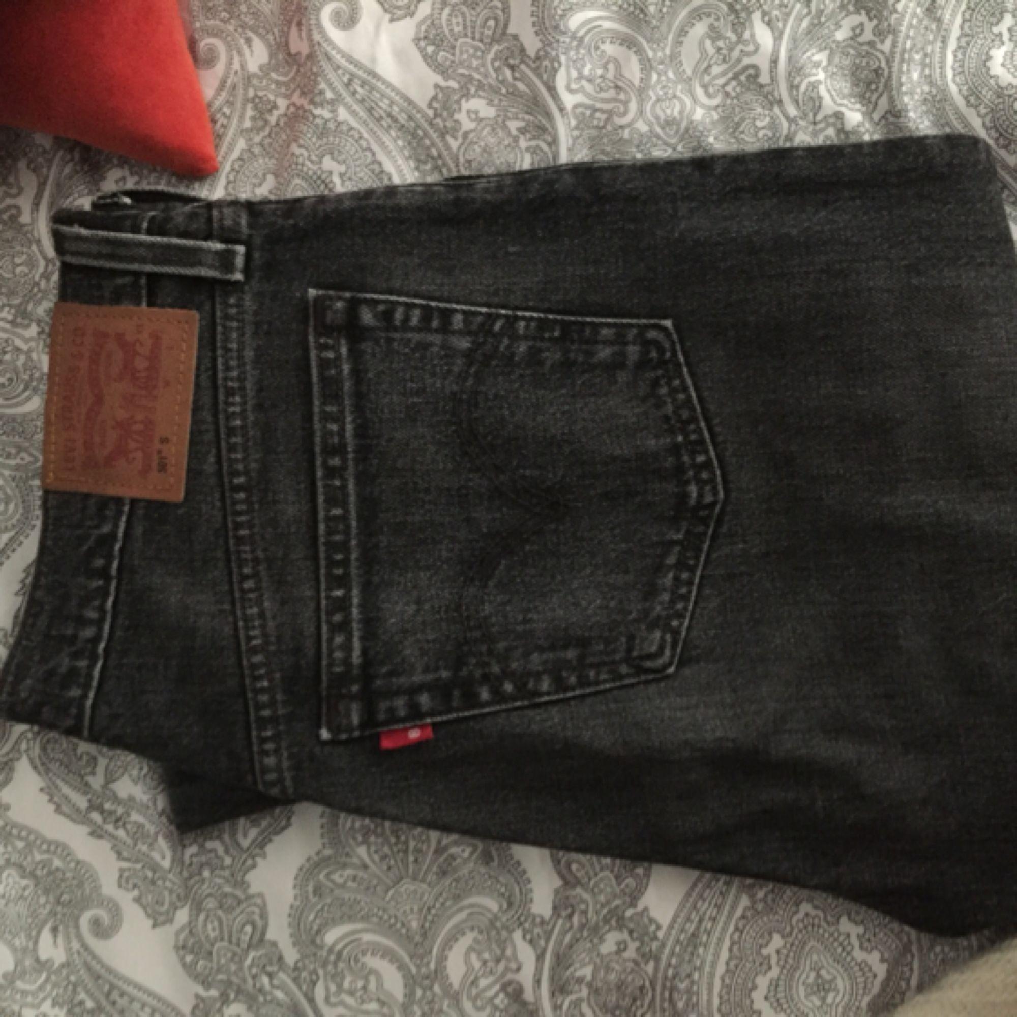 Äkta Levis 501 i grå/svart modell. Säljer pga används för sällan. Använda max 10 ggr. Strl ca 28/29 i midjan, 34 i längd. Köparen står för frakt men pris kan diskuteras! Nypris ca 900kr. Jeans & Byxor.