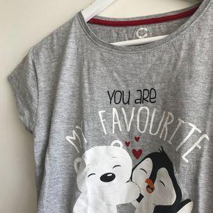 En söt pyjamas T-shirt i från Cubus. Endast använd två gånger (finns ett par matchande pyjamas byxor till) - frakten ingår i priset