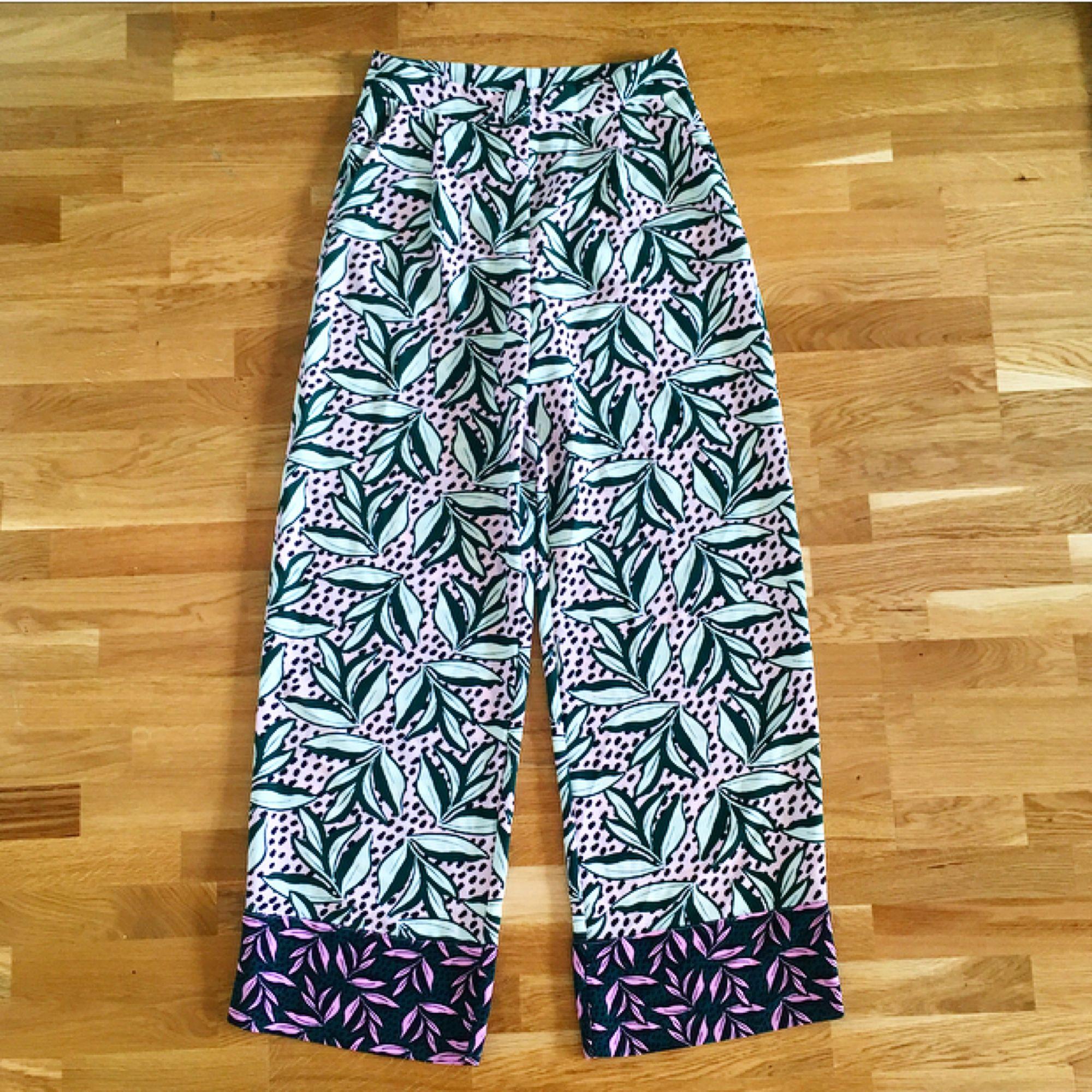 Superfina byxor från Monki! ✨ Höga i midjan, raka/vida nertill. Jättefina på! Helt oanvända!  Köparen står för ev fraktkostnad 💌. Jeans & Byxor.