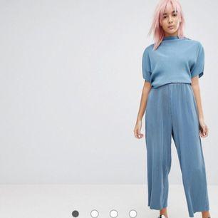 Set från Weekday. Plisserade byxor med matchande tröja till. Tröjan är i size XS och byxorna i size 36. Säljer hela setet för 400kr, annars 250kr/del. Köparen står för ev fraktkostnad 💌