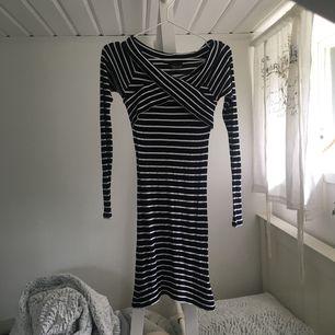 Fräsch tajt klänning med vita & marinblå ränder. Nyskick! Passar S/M. Fraktkostnad tillkommer💞