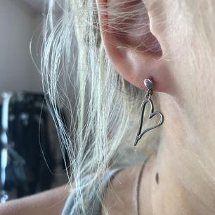 Ett par jätte fina örhängen med ett hjärta!! Köparen står för frakten😊