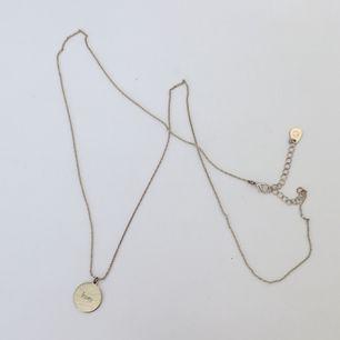 """Guldfärgat halsband """"love"""" från Cubus med lång kedja. Använt ett flertal gånger men är i gott skick. Frakt 9kr tillkommer💞"""