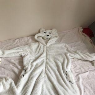 Super mysig och varm typ isbjörns dress. Pris: 150kr + frakt. Samfraktar gärna