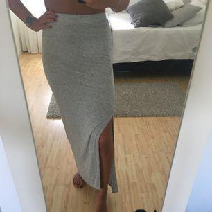 Grå maxikjol från Zara. Super mjuk och skön perfekt nu i sommar! Köparen står för frakten