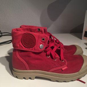 Röda skor från palladium. Aldrig använda. Köparen står för frakten